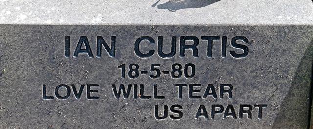Lápide no tumulo de Ian Curtis